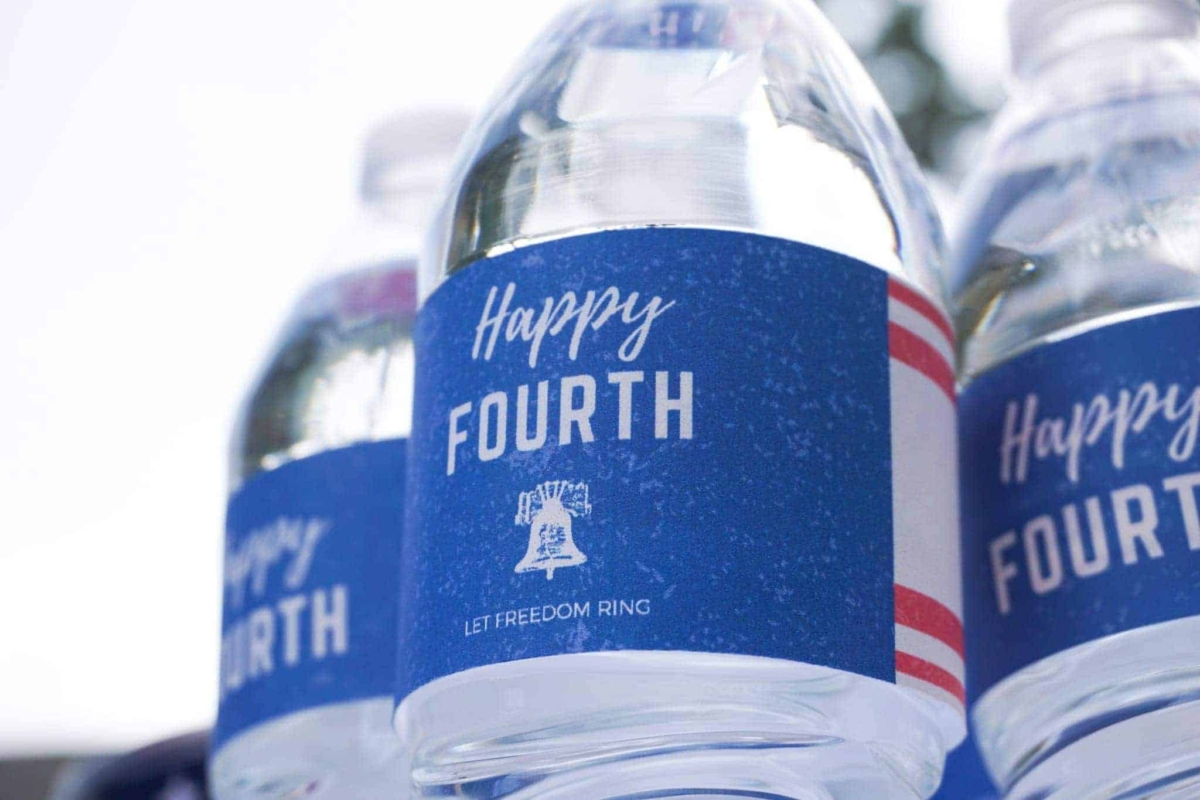 Free patriotic printables for wrapping water bottles.