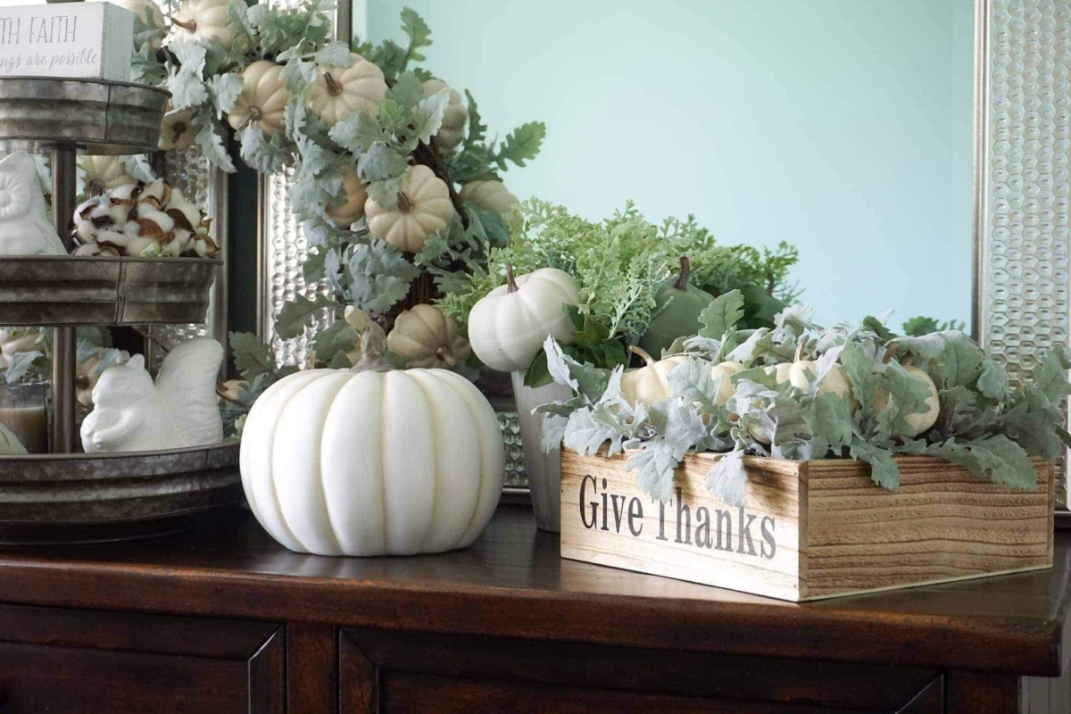 Easy fall table decoration ideas for the dining room.