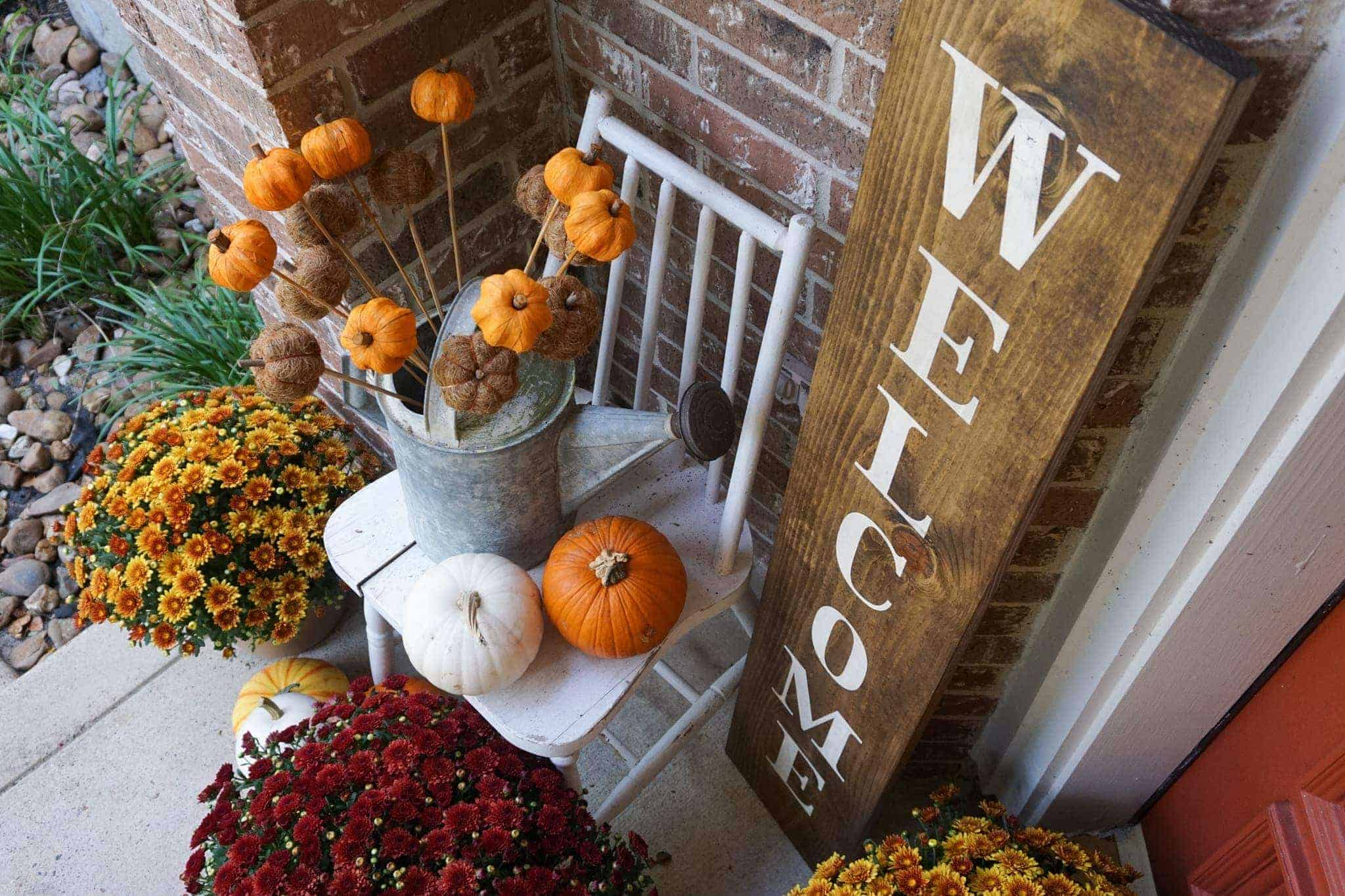 Outdoor fall decor for the front porch.